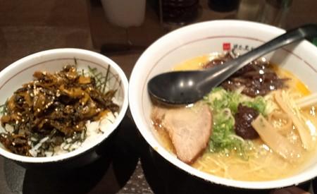 中央の辛い玉が1つで1辛の地獄麺。左は高菜ご飯。
