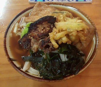 モノはかけうどんの煮干しだし、角煮・天ぷら・キツネ・わかめトッピング…って何頼んでるんだろう…。