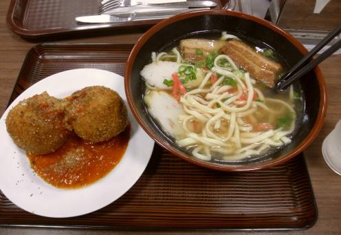 代わりに「道の駅・許田」で、三枚肉沖縄そばと「タコライスボール」を。「タコライスボール」はフライになっていてチーズいっぱいで面白いです。