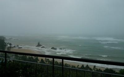 暴風雨の中撮影。最初の写真より海が更に荒れています。