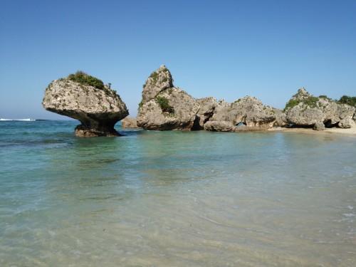 ビーチを歩いて、昨日と同じアングルで。沖縄の海に初めて足を付けたり。
