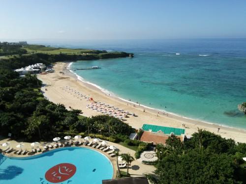 朝のアリビラのバルコニーから。浜辺が透き通った海です。
