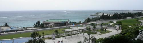 水族館からの海洋公園。台風でもかろうじて海は美しさを保っていて、奥がエメラルドビーチです。