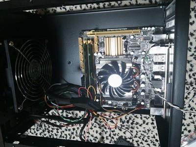 CPUとメモリをセットした後、マザーをケースに固定したところ。ちなみにCPUクーラーはリテールでは無く背が低いモノを選定。1500円の安物ですが、良い感じで、今回の一番のいい買い物だったかもしれません。