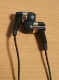 これが「カナル式」のイヤホンです。いわゆる耳栓タイプです。