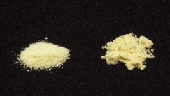 粉末の感じをわかりやすいように撮影。左が新タイプ、右が旧タイプです。量も少ないので更に溶けやすくなった気がします。