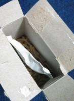 箱にダイレクトにマカロニ。