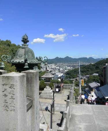 大門の前で商店街を抜けたところ。365段です。ここでも讃岐平野が一望出来ます。