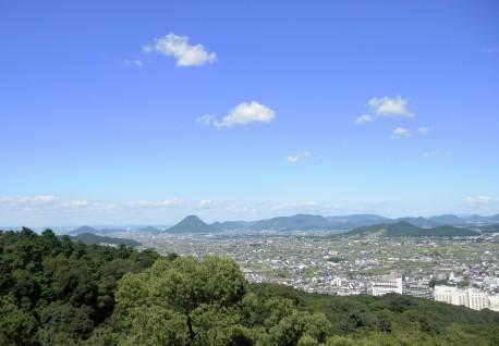 さらに高く登っています。讃岐平野にぽつんとある、こんもりした山は讃岐富士(飯野山)です。