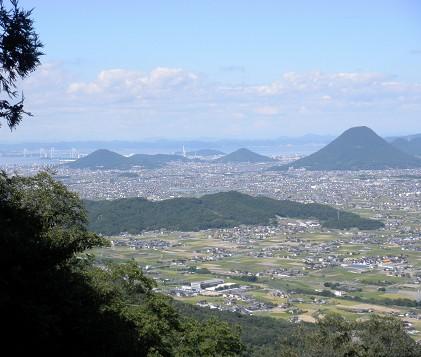 奥社からの景色。さっきよりさらに上に登っていて海抜421mです。瀬戸大橋も見えます。