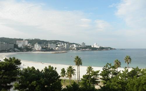 白良浜。白い砂で有名です。海水浴シーズンは既に終わっているものの、砂浜を歩いたり遊んでいる人は多いです。