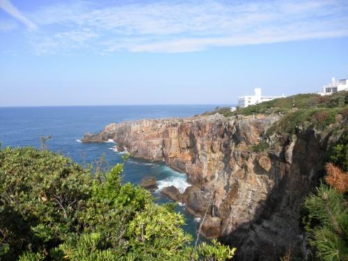 三段壁。浸食した険しい崖が有名です。結構先まで歩けますし、釣り人と思われる方も結構います。