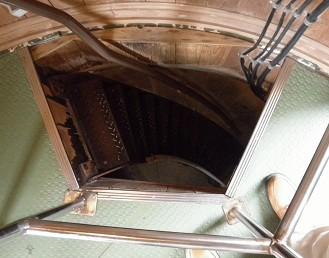 最後にはしごのような階段を上ります。外は人とすれ違えないほど狭いです…。