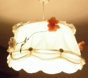 (連れの者がデコっている)リビングの電灯もLED電球です。モノは日立の100W白熱球相当のLED電球で、かなり明るいのに消費電力は16W。ただ、さすがに100W相当はまだ値が張ります…。