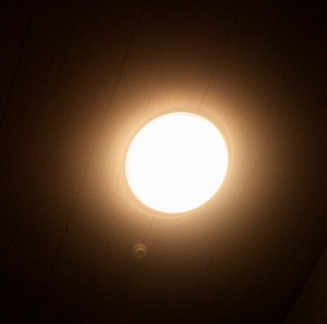 明かりで目覚めたときに撮ったベッド目線写真。暗い電球色から始まり、セットした時間の10分前から段々と明るくなります。