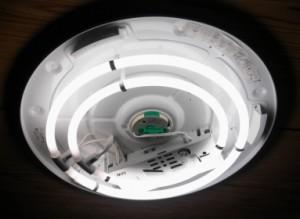 今まで使用していた蛍光灯シーリングライト(カバーを外した状態で撮影)。2灯のスリムランプのタイプです。