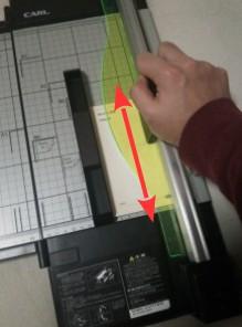 紙を挟んでロックを掛けた後、カッターが内蔵されたスライダーを往復することにより切断する仕組みです。