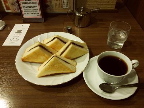 小倉トーストとコーヒー。名古屋では馴染み深い朝食です。名古屋の喫茶店は店の中の雰囲気や基本的に接客が良いことも特徴の一つです