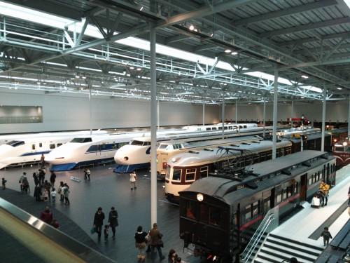 「リニア鉄道館」の中。「リニア」と銘打っていますが実物の展示は試作機1両だけで、大半は過去の車両の展示です。