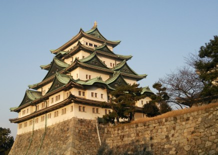 夕方の名古屋城。日中は暑いぐらいの晴天でしたが肌寒くなってきました…。