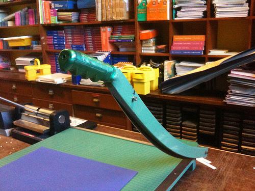 刃が付いた裁断機とはこういうのです。学校や事務所で見かけますね。(photo credit: GlennFleishman via photopin cc)