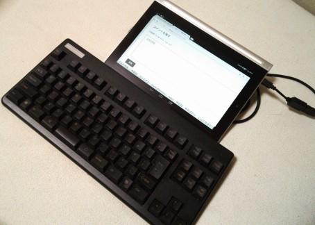 PCで使っているRealforceを接続。かなりのムダ感が…。モバイル用途には素直にBluetoothのキーボードをオススメします。