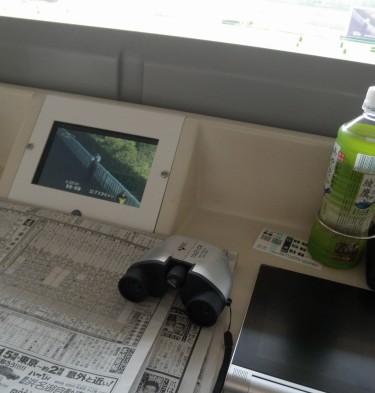 このために2000円で買った安物双眼鏡(でもよく見える)やら新聞やらオッズ確認用のタブレットやら開いて競馬観戦モードです。