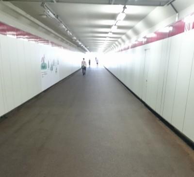 地下道の頭上はコース。おがわじゅり氏の壁絵が所々にあるものの、暗めで殺風景です。