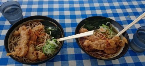 ゲソ天大盛り(左)と普通盛り(右)。大盛りはプラス100円で麺が二倍で、比較すると一目瞭然。