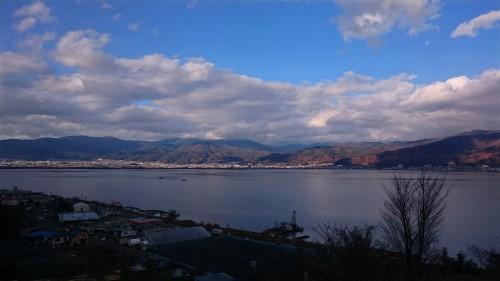 中央道の諏訪湖SA(上り)から眺めた諏訪湖。天気が回復して青空も見えましたが、もう少し早かったらなあ…と。