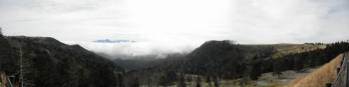 パノラマ撮影。コレでは見づらいですが、眼下には走ってきた道が遙か下にあり、「よくこんな所まで走ったなあ」と思うと同時に、「よくこんな所に道を通したなあ」とも。右手は見渡す限りの高原です。
