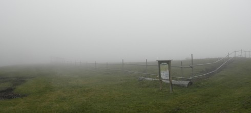 こちらが白樺湖周辺観光ではマストな長門牧場……って霧が濃すぎて何が何だか…。