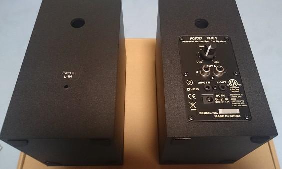 入力は2系統(同時使用不可)と、左スピーカーのアウトプット、ボリュームのつまみ、電源アダプタの端子とシンプルです。ヘッドフォン端子はありません。