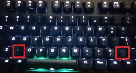 「X」キーと「_」キーが消灯