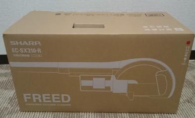 「SHARP EC-SX310」。色はレッドにしました。家電屋で購入したのでお持ち帰りしましたが、かなり軽量で箱も小さいので楽々でした。