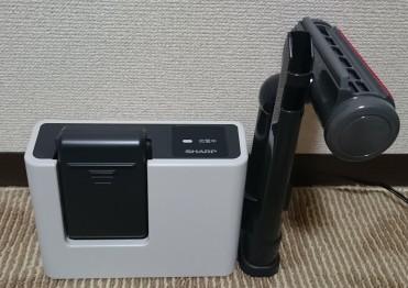 バッテリーと充電器。そして付け替えノズル2種類です。バッテリーは本体から外して充電するタイプです。スタンド兼充電台のコードレスクリーナーより手間ですが、それほど大きな手間ではないかと。