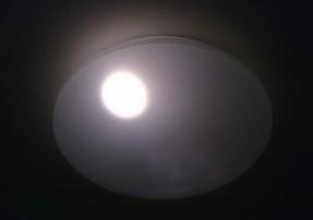 常夜灯が白く、明るく感じます。オレンジが常夜灯というのは先入観であるとはいえ、明るさの段階がもっとあったらなあと。