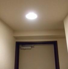 無事点灯しました。撮影時のホワイトバランスの都合で白っぽく写りましたが、実際は電球に近い色です。