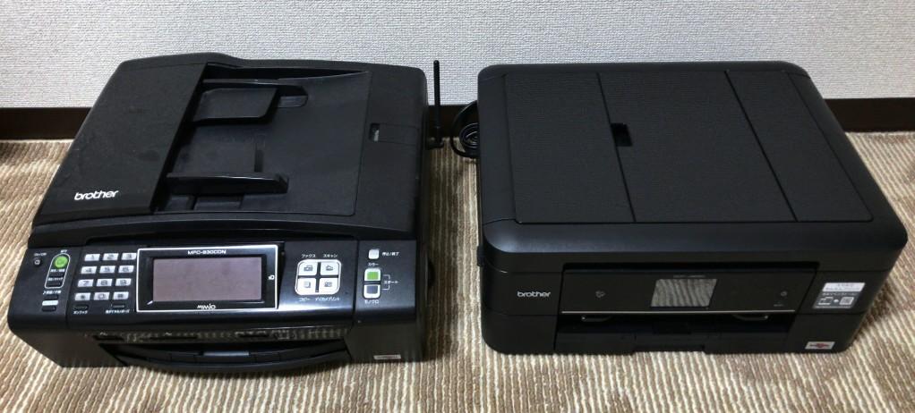 ブラザープリンターの兄(MFC-930CDN)と弟(DCP-J968N)のツーショット。パネルがシンプルになった分、弟の方が奥行きも短くなりコンパクトですが、重量はほぼ同じです。