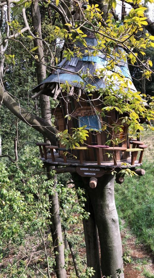 木の小屋のオブジェもありました。「鬼太郎が住んでる家みたい」と横に居たおばあちゃんが言ってましたが…。