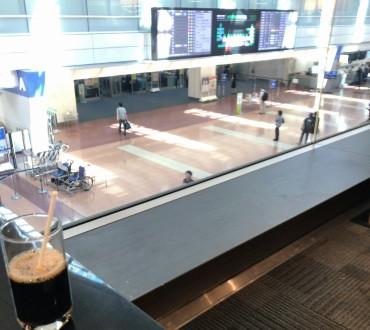 3連休前の金曜日に羽田空港へ。人はまあまあ多かったです。