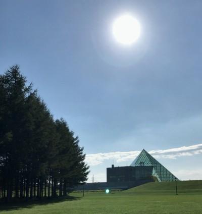 モエレ沼公園といえばこのガラスのピラミッドが有名です。早朝なので開いてないと思って中には入っていませんが、次の機会かなあと。噴水も日中らしいですし。