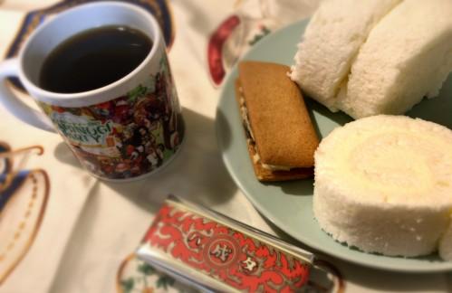 札幌でのお土産コラボ。白いロールケーキとマルセイバターサンド。そしてマビパ出張版マグカップ。このマグカップは愛用していきたいと思います。