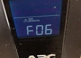 けたたましい警告音と「F06」の表示が。
