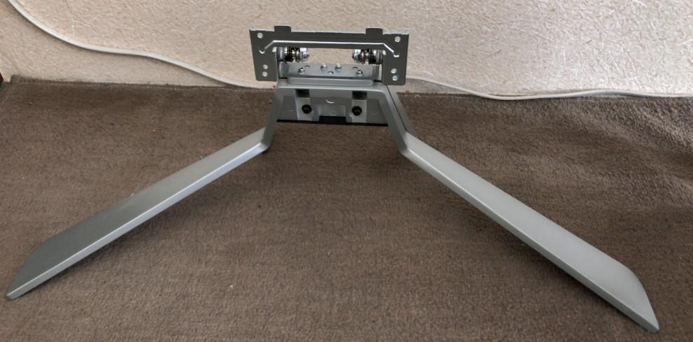 ディスプレイの台座(モニタから外した状態)。これが結構な重さと大きさです。高さの調整も出来ません。