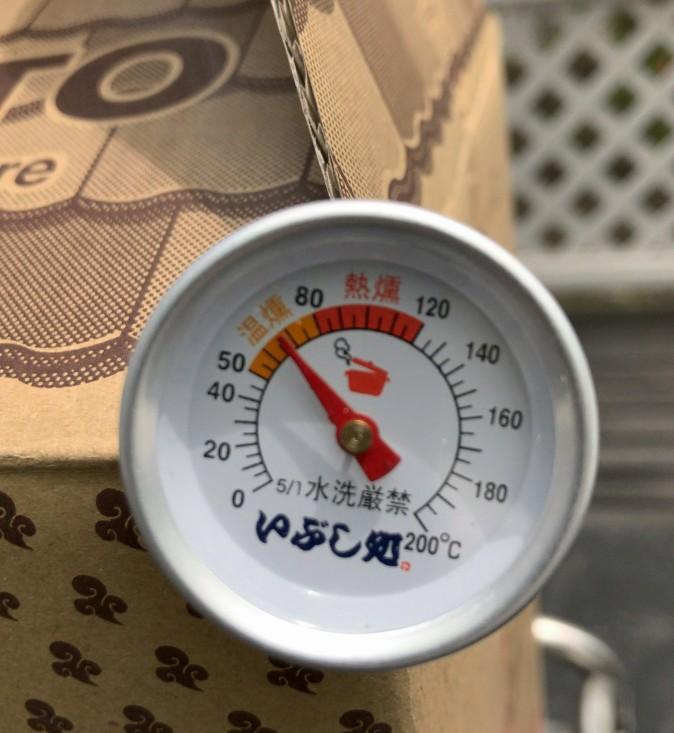 スモークする場合温度計があるとベストですが、このダンボールタイプは温燻で50~70度ぐらいで一定ですのでなくても良いかもしれません(火をつけたてのチップを入れたとき一時的に100度超)