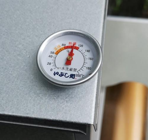 前回のダンボール燻製でも使用しましたが、温度の見極めのために温度計は必須です。弱火で維持した場合は高め(100~120度)の熱燻、超弱火で熱燻と温燻の境目(80度)ぐらいになりました。