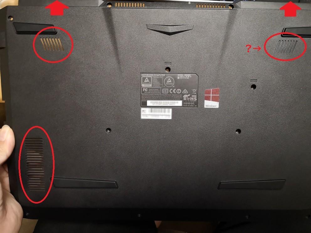 丸で囲んだ部分がおそらく吸気口で、排気は矢印の2wayですが明らかに吸気口が小さいです。 右下には穴がないですし、さらに……?