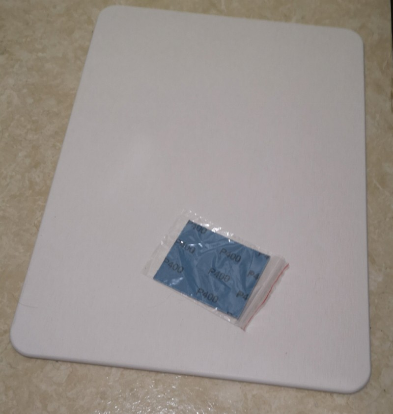 実際に置いてみたところ。一枚板なので柄物のバスマットよりも寂しく見えます。あと思ったより小さく感じます。