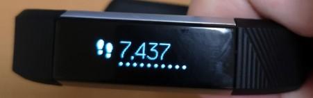 歩数のカウンター。縦表示だとこの場合「7.4k」のように端折られますので横表示がおすすめです。